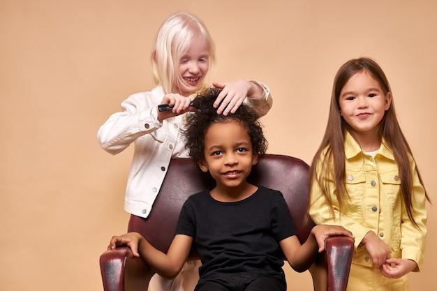 Diverse glimlachende positieve kinderen samen gelukkig poseren