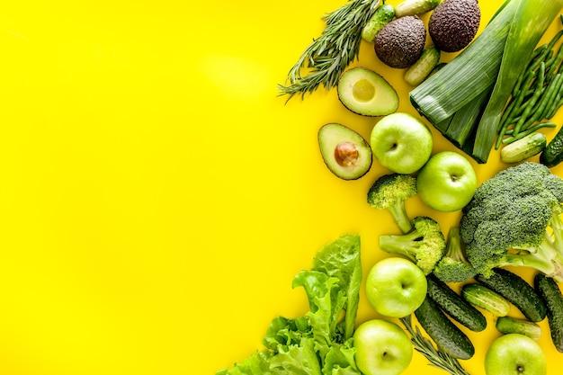 Diverse groene groenten voor salade of smoothies