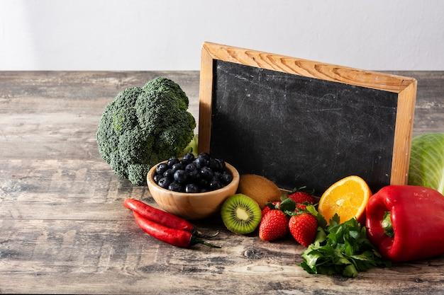 Diverse groente en fruit met bord
