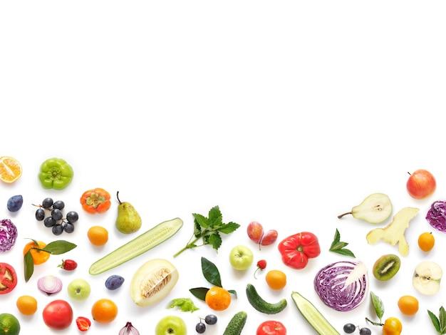 Diverse groenten en fruit die op wit worden geïsoleerd