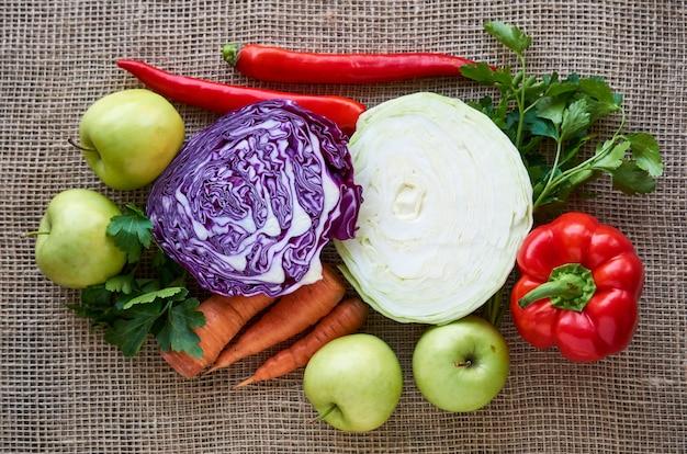 Diverse groenten en fruit op een textiel achtergrond