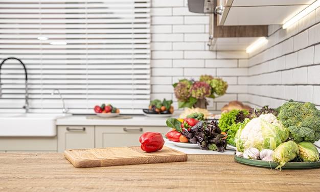 Diverse groenten op de keukentafel tijdens het bereiden van vegetarische salade.