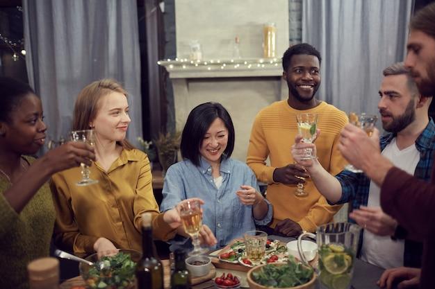 Diverse groep die mensen van dinerpartij genieten