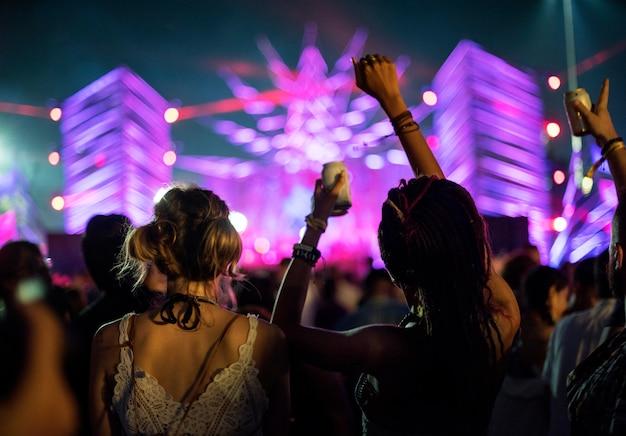 Diverse groep mensen die van een wegreis en een festival genieten