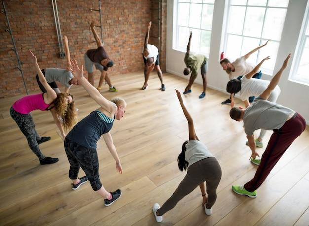 Diverse groep mensen excercising in een cirkel