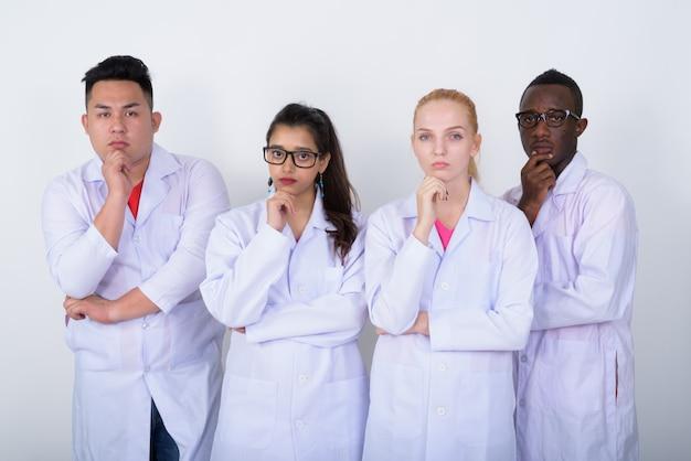 Diverse groep multi-etnische artsen denken