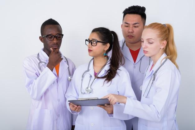Diverse groep multi-etnische artsen die een klembord bekijken