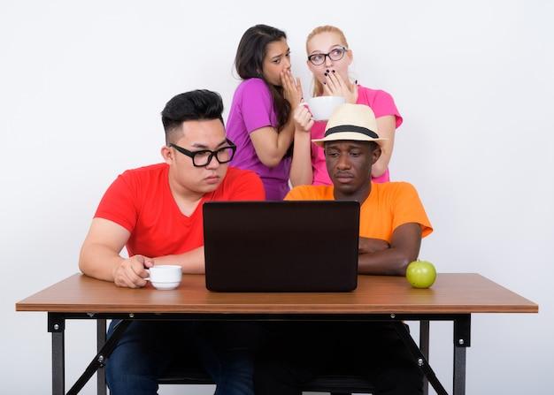 Diverse groep multi-etnische vrienden met behulp van laptop