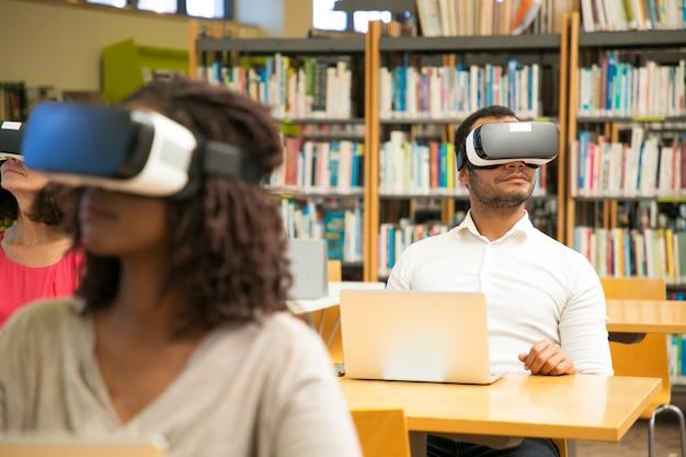 Diverse groep studenten kijken naar virtuele video tutorial
