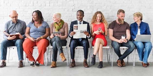 Diverse groep van mensen gemeenschap samenhorigheid technology sitting concept