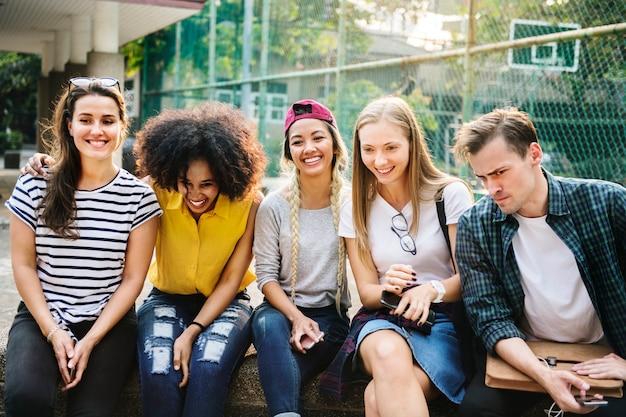 Diverse groep vrienden die uit in het park millennials en het concept van de de jeugdcultuur hangen