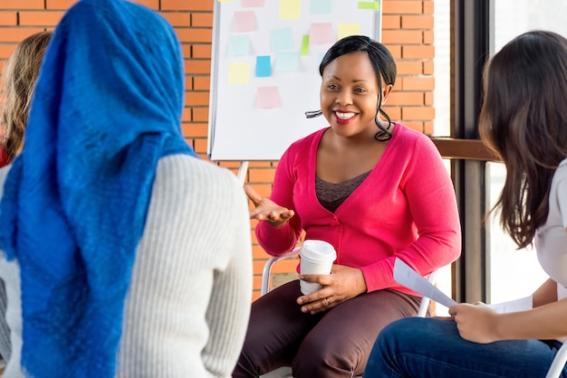 Diverse groep vrouwen in kleurrijke kleding op de vergadering