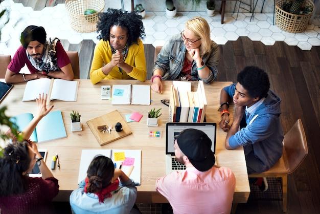 Diverse groepsmensen die concept samenwerken