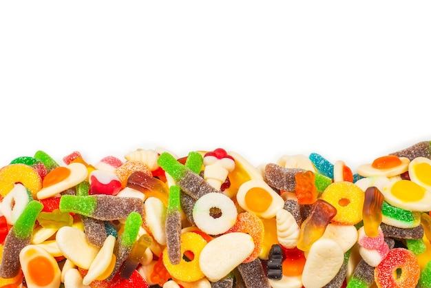 Diverse gummy snoepjes. bovenaanzicht. gelei snoep. geïsoleerd op wit.