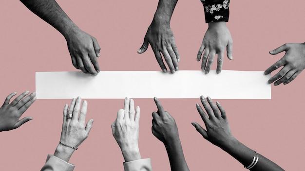 Diverse handen aanraken van wit papier mockup roze behang