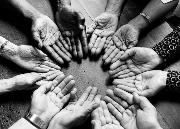 Diverse handen in een cirkel