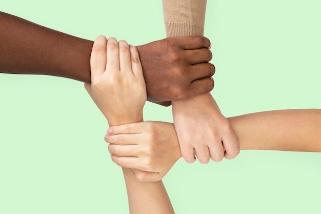 Diverse handen verenigd gebaar voor gemeenschapszorg