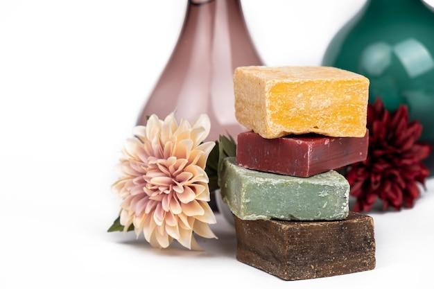 Diverse handgemaakte gekleurde zeep met bloem