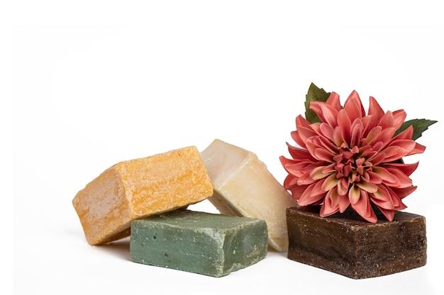 Diverse handgemaakte gekleurde zeep met bloemen