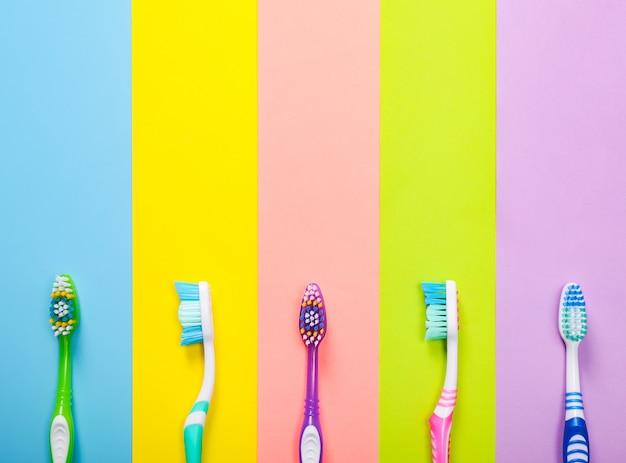 Diverse heldere tandenborstels op kleurrijke achtergrond