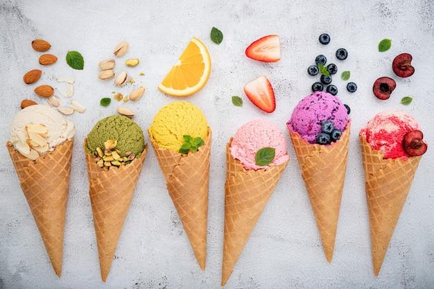 Diverse ijssmaken met wafelkegels