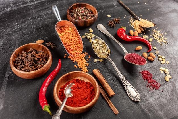 Diverse indiase kruiden. kleurrijke kruiden, bovenaanzicht. biologische voeding, gezonde levensstijl.