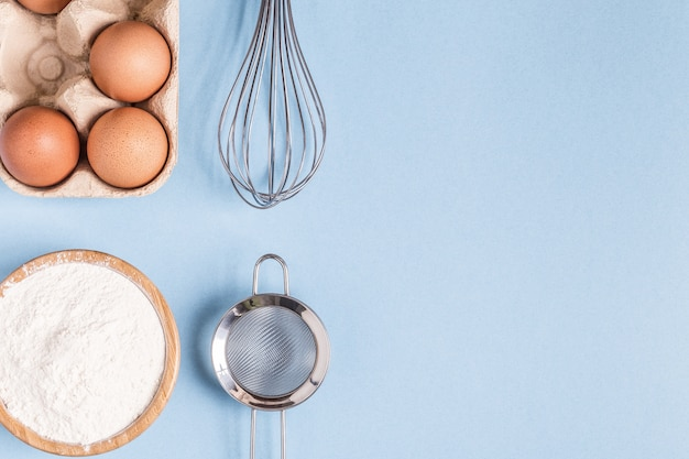 Diverse ingrediënten voor het bakken met garde