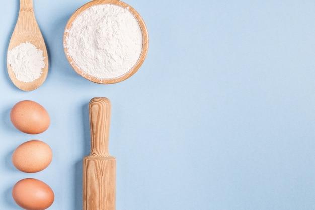 Diverse ingrediënten voor het bakken met houten lepel