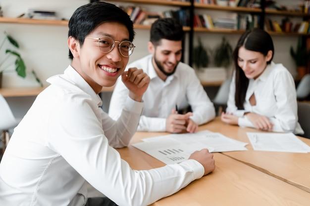 Diverse jongeren werken op kantoor