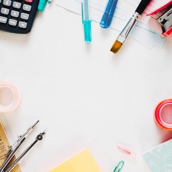 Diverse kantoorbehoeften op witte achtergrond