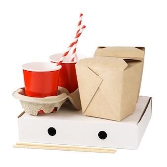 Diverse kartonnen bakjes voor het bezorgen van eten. bekers en dozen van kraftpapier voor afhaalmaaltijden. milieuvriendelijke verpakking.