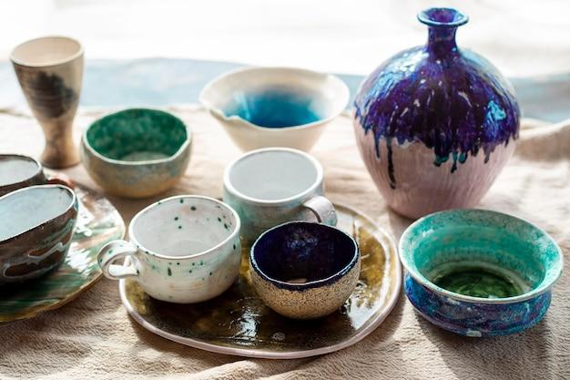 Diverse keramische vazen met verfaardewerkconcept