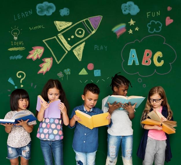 Diverse kinderen die boeken lezen
