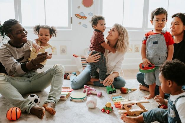 Diverse kinderen die genieten van speel met speelgoed