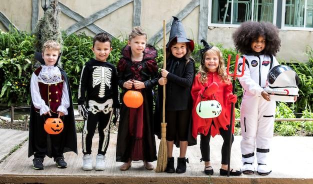 Diverse kinderen in kostuums van halloween