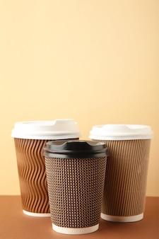 Diverse kleuren en formaten koffiekopjes met deksel
