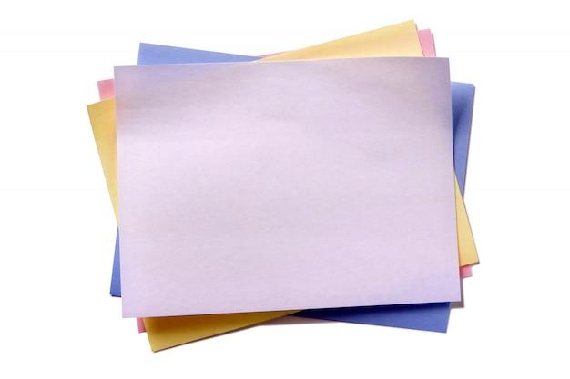 Diverse kleuren kleverige postnota isoleerde witte achtergrond