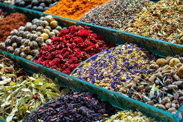 Diverse kleurrijke kruiden en kruidenthee