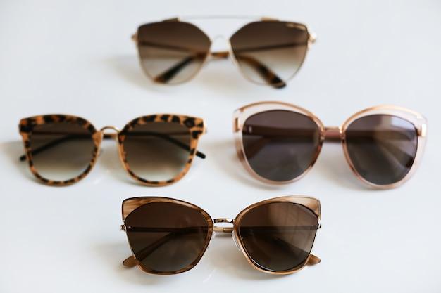 Diverse kleurrijke stijlvolle modieuze zonnebrillen, geïsoleerd op een witte achtergrond