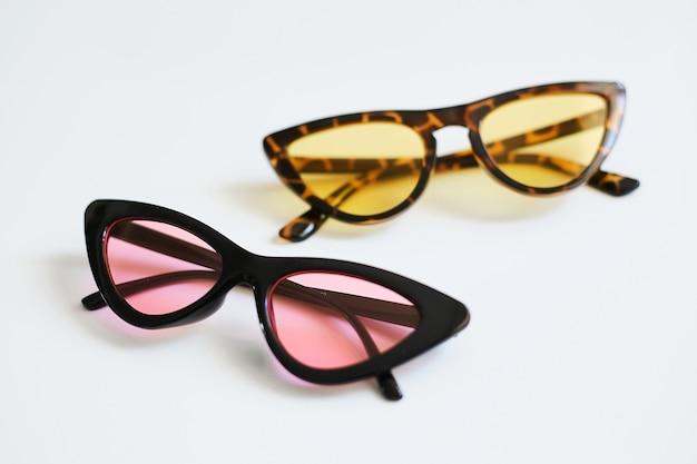 Diverse kleurrijke stijlvolle modieuze zonnebrillen, kattenogen, geïsoleerd op een witte achtergrond