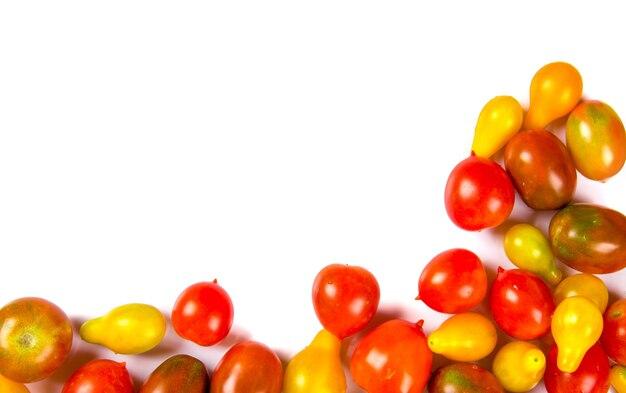 Diverse kleurrijke tomaten geïsoleerd op wit