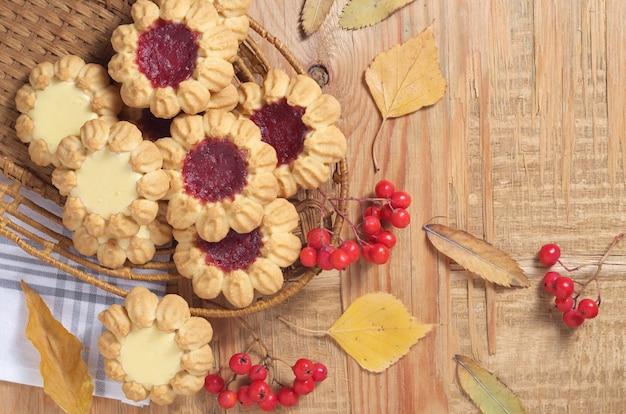 Diverse koekjes en herfstbladeren