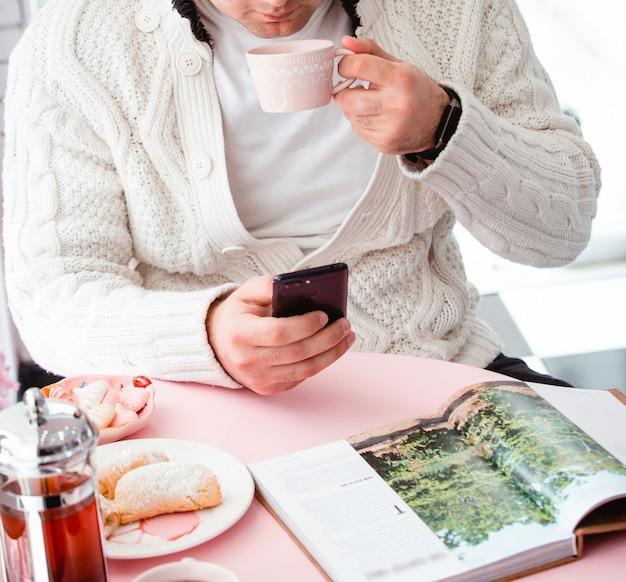 Diverse koekjes met thee en tijdschrift op de tafel