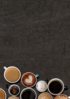 Diverse koffiemokken op een zwarte geweven grunge