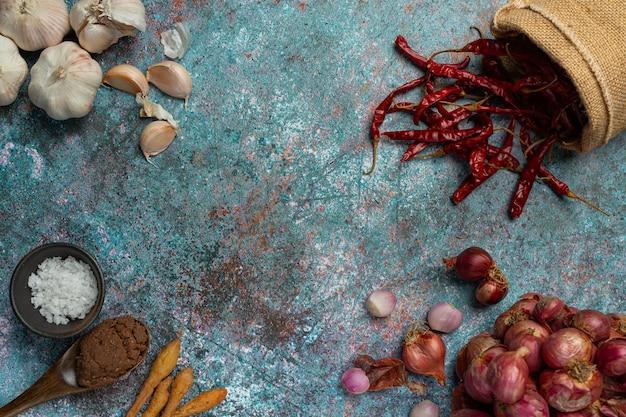 Diverse kruiden en specerijen om op zwart te koken