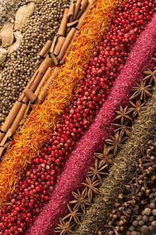 Diverse kruiden en specerijen verspreid over tafel