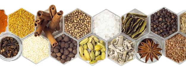 Diverse kruiden in zeshoekige potten geïsoleerd