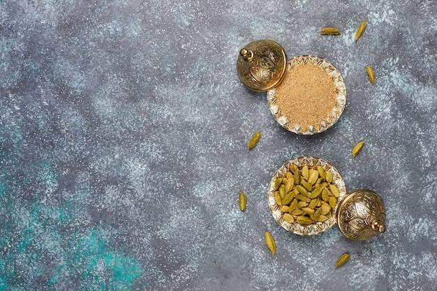 Diverse kruiden op de keukentafel