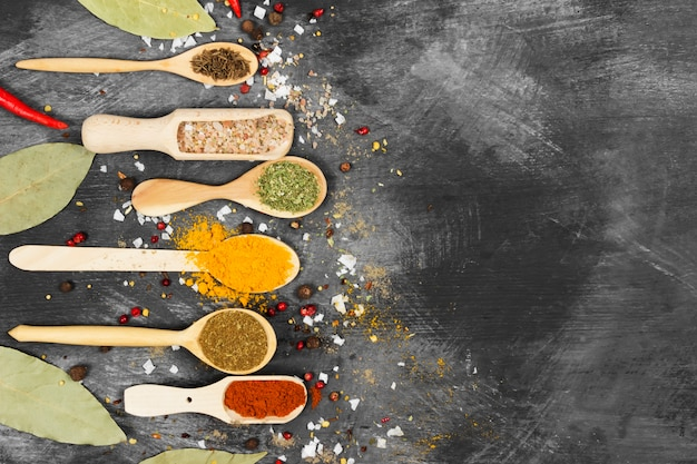 Diverse kruiden op een zwarte achtergrond. bovenaanzicht, kopieer ruimte. voedsel achtergrond