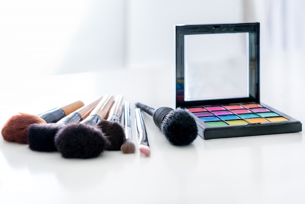 Diverse make-up borstel met make-up producten